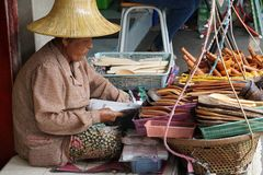 Ältere Frau thailändische traditionelle Kochgeräte verkaufen stockfotos