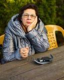 Ältere Frau tief im Gedanken lizenzfreies stockbild