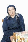 Ältere Frau am Tisch lizenzfreie stockbilder