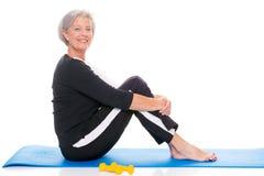 Ältere Frau am Training stockbild