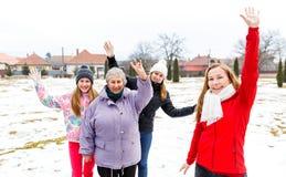 Ältere Frau und Enkelinnen lizenzfreies stockfoto