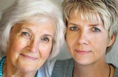 Ältere Frau und fällige Tochter lizenzfreie stockfotos