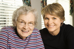 Ältere Frau und jüngere Frau lizenzfreies stockfoto