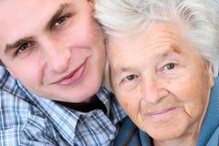Ältere Frau und junger Mann Stockfotografie