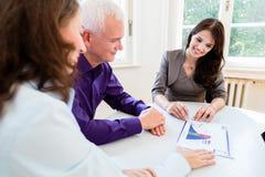 Ältere Frau und Mann an der Ruhestandsfinanzplanung Lizenzfreie Stockbilder
