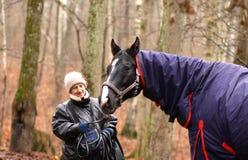 ältere Frau und Pferd stockfotos