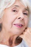 Ältere Frau und vervollkommnen Blick stockfoto