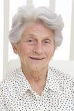 Ältere Frau, welche die Kamera betrachtet stockfotos