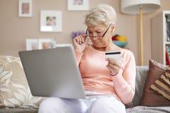 Ältere Frau zu Hause Lizenzfreies Stockfoto