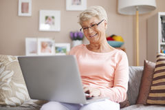 Ältere Frau zu Hause Stockbild