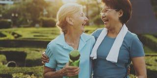Ältere Frauen-Übungs-Freundschaft zusammen Stockfoto