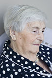 Ältere Frauen in der Betrachtung Stockbilder