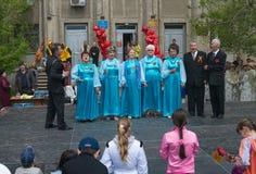 Ältere Frauen des Chores singt für Veterane stockbild