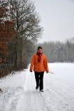 Ältere Frauen, die in den kalten Schnee gehen stockfoto