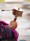 Ältere Frauen, die ihr Gebetrad spinnen Stockfoto