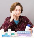 Ältere Frauen, die ihre Medikation handhaben Stockfoto
