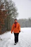 Ältere Frauen, die im Winterschnee strawling sind stockbilder