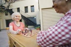 Ältere Frauen, die Schach spielen Stockbild