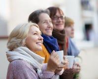 Ältere Frauen, die Tee am Balkon trinken Lizenzfreie Stockfotografie