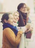 Ältere Frauen, die Tee am Balkon trinken Stockfotografie