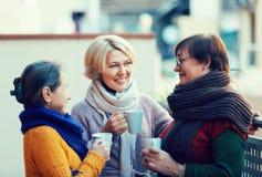 Ältere Frauen, die Tee am Balkon trinken Stockfoto