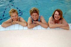 Ältere Frauen im Pool lizenzfreie stockbilder
