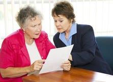 Ältere Frauen-Leseschreibarbeit Stockbilder