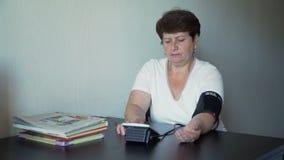 Ältere Frauen-Maß-Druck stock footage