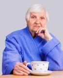 Ältere Frauen mit einer Schale des T-Stücks lizenzfreie stockfotografie