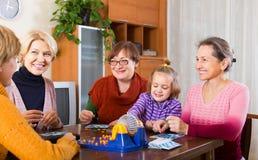 Ältere Frauen mit Kind am Schreibtisch mit Bingo Lizenzfreies Stockfoto