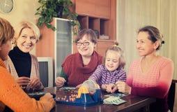 Ältere Frauen mit Kind am Schreibtisch mit Bingo Lizenzfreies Stockbild