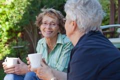 Ältere Frauen mit warmen Getränken Lizenzfreies Stockbild