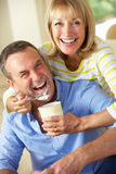 Ältere Frauen-speisenehemann-Eiscreme Stockfoto