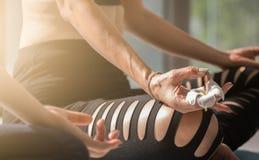 Ältere Frauen spielen Yogaentspannung in sukhasana Lage mit Plumeriablume im gesundem und Yogakonzept Lizenzfreies Stockfoto