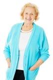 Ältere Frauen-tragende Strickjacke über weißem Hintergrund Stockfoto