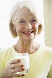 Ältere Frauen-Trinkmilch Stockbild