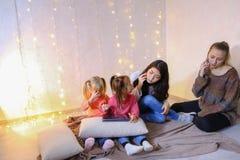 Ältere Frauen und Babys vier verständigen sich und beschäftigt mit eigenem af Lizenzfreie Stockbilder