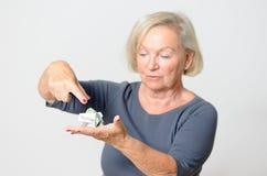 Ältere Frauen-Vertretung zerknittertes verfügbares Geld Stockbilder