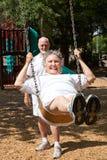 Ältere Frauen-wieder erlebende Kindheit Stockfoto