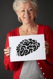 Ältere Frauenholding-Tintenzeichnung des Gehirns Stockfoto