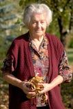 Ältere Frauenholdingblätter stockfotos