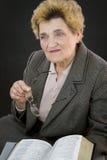 Ältere Frauenlesestechpalmenbibel Stockfoto