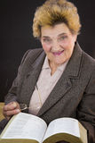 Ältere Frauenlesestechpalmenbibel Stockfotos