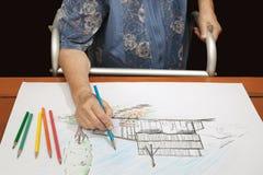 Ältere Frauenmalereifarbe auf ihrer Zeichnung Lizenzfreie Stockfotografie