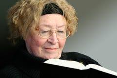 Ältere Frauenmesswertbibel stockfoto