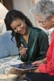 Ältere Frauensitzung mit Mittel Lizenzfreies Stockbild