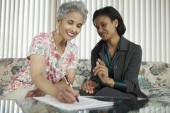 Ältere Frauensitzung mit Mittel Lizenzfreies Stockfoto