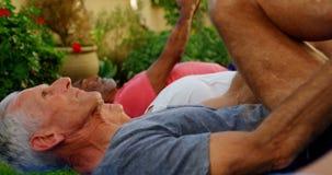 Ältere Freunde, die Übung im Garten 4k ausdehnend tun stock video footage