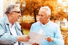 Ältere Freunde, die draußen genießen Lizenzfreie Stockbilder