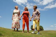 Ältere Freunde, die draußen lachen lizenzfreie stockfotografie